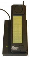De IBM Simon Personal Communicator in zijn oplaadstation. / Bron: Bcos47, Wikimedia Commons (Publiek domein)